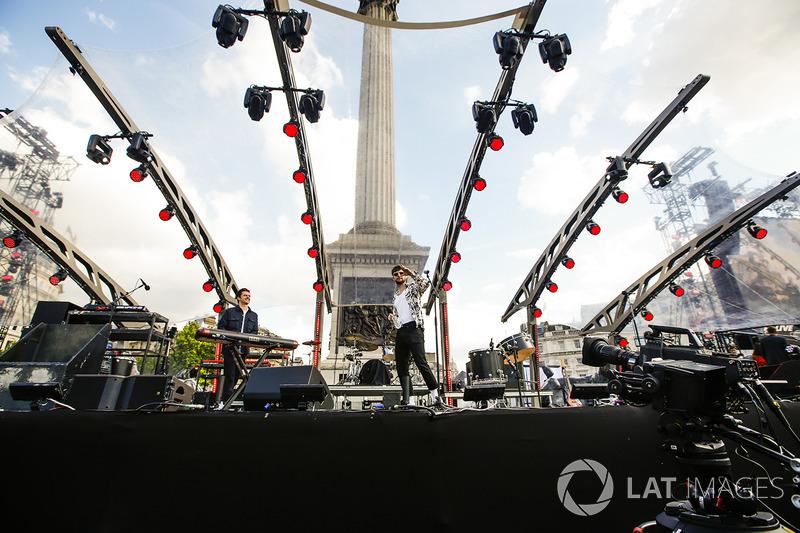 Dan Smith de Bastilla realiza un performance para las multitudes