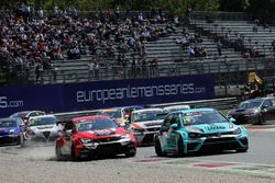 Яп ван Лаген, Leopard Racing Team WRT, Volkswagen Golf GTi TCR, и Юго Валент, Lukoil Craft-Bamboo Racing, SEAT León TCR