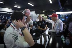Совладелец и исполнительный директор Mercedes AMG F1 Тото Вольф и неисполнительный директор Mercedes Ники Лауда