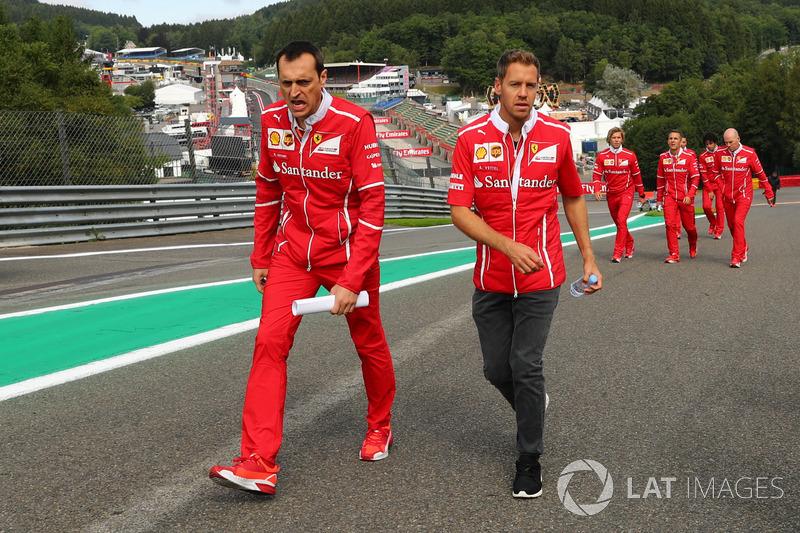 Sebastian Vettel, Ferrari cammina lungo il circuito con l'ingegnere di pista Adami, Ferrari