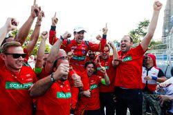 Lucas di Grassi, ABT Schaeffler Audi Sport, festeggia con il suo team dopo aver vinto il campionato