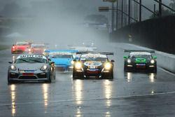 Carros da Porsche GT3 Cup seguem o safety car em Curitiba