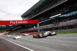Parade van sportwagens met de Audi R18 LMP1, Porsche 919 LMP1, BMW V12 LMR, Porsche 962 en 936, Ferr