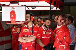 Ferrari monteurs in de garage