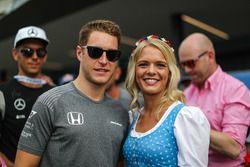 Stoffel Vandoorne, McLaren, con una ragazza