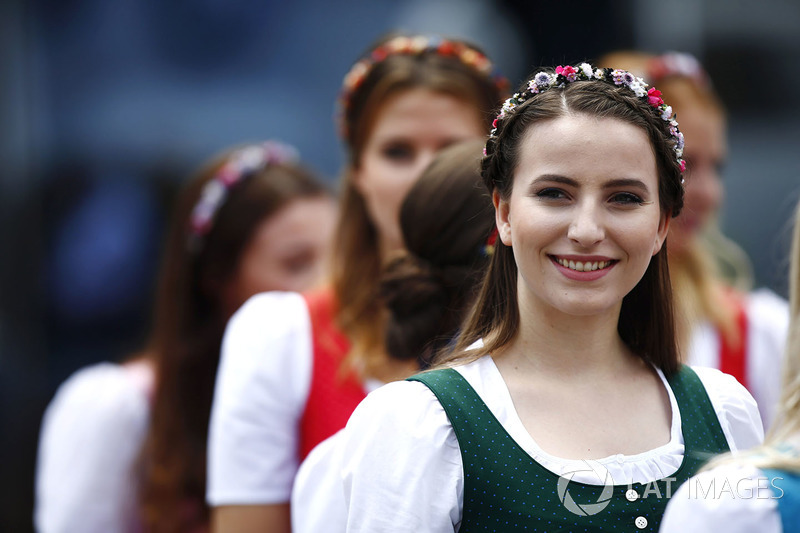 https://cdn-1.motorsport.com/images/mgl/2dyWePZY/s8/f1-austrian-gp-2017-austrian-girls-in-traditional-dress.jpg