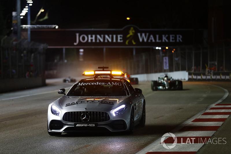 La safety Car precede Lewis Hamilton, Mercedes AMG F1 W08