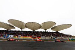 Daniel Ricciardo, Red Bull Racing RB13; Kimi Räikkönen, Ferrari SF70H; Sebastian Vettel, Ferrari SF
