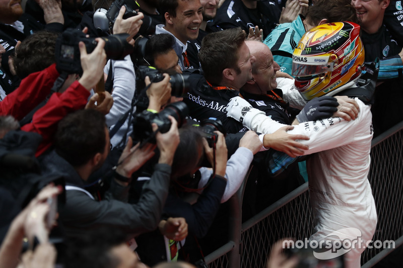 Lewis Hamilton, Mercedes AMG, feiert im Parc Ferme mit dem Team