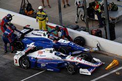 Kollision in Boxengasse: Helio Castroneves, Team Penske Chevrolet Takuma Sato, Andretti Autosport Ho