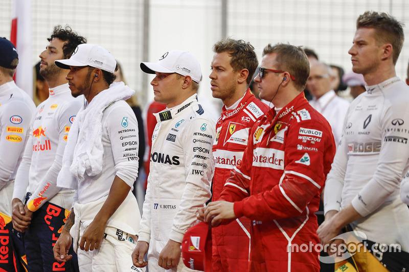 Daniel Ricciardo, Red Bull Racing,Lewis Hamilton, Mercedes AMG, Valtteri Bottas, Mercedes AMG, Sebastian Vettel, Ferrari, Kimi Raikkonen, Ferrari, y Nico Hulkenberg, Renault Sport F1 Team, durante el himno