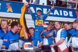 Il Campione del Mondo Michael Schumacher festeggia con il team Benetton, Tom Walkinshaw e Flavio Briatore