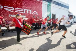 Charles Leclerc, PREMA Powerteam y Antonio Fuoco, PREMA Powerteam celebran con el equipo