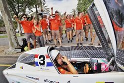 Nuna9, Nuon Solar Team, teamleden vieren de overwinning