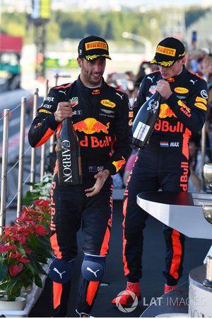 Daniel Ricciardo, Red Bull Racing et Max Verstappen, Red Bull Racing sur le podium avec du champagne