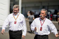 Ross Brawn, Formula One Director General de deportes y Chase Carey, Director Ejecutivo y Presidente