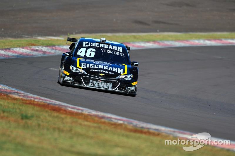 Com estratégia perfeita, Vitor Genz levou a melhor na segunda bateria, se tornando o primeiro piloto gaúcho a vencer na história da Stock.