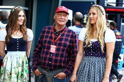 Niki Lauda, voorzitter Mercedes en gridgirls
