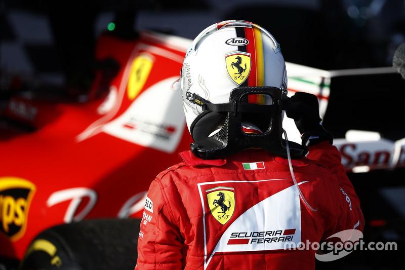 Sebastian Vettel, Ferrari SF70H, 1° classificato, festeggia all'arrivo nel Parco Chiuso
