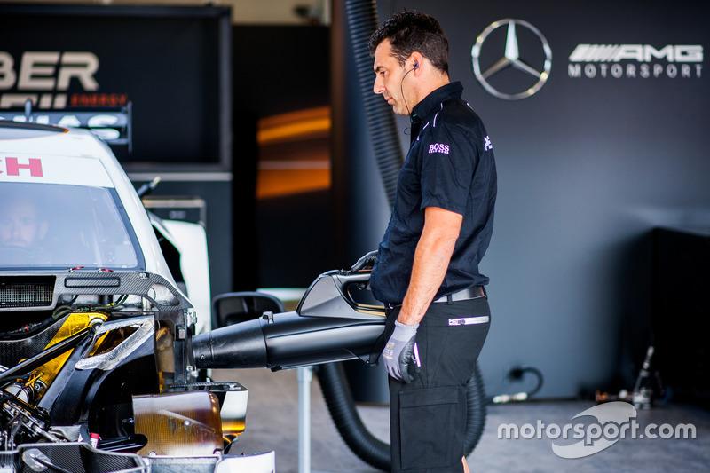 Механик Mercedes