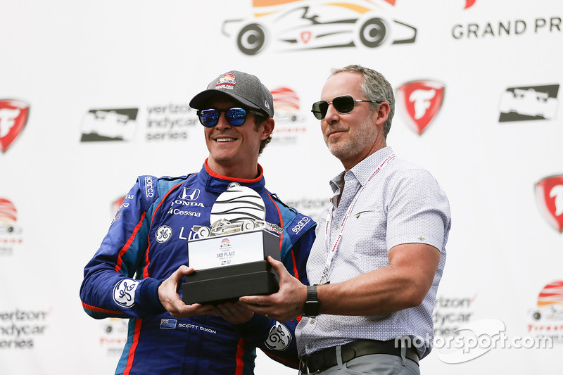 Tercero, Scott Dixon, Chip Ganassi Racing Honda con el trofeo