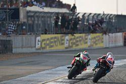 Deuxième place pour Chaz Davies, Ducati Team, troisième place pour Tom Sykes, Kawasaki Racing
