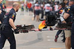 Meccanici Red Bull Racing, ala anteriore Red Bull Racing RB13