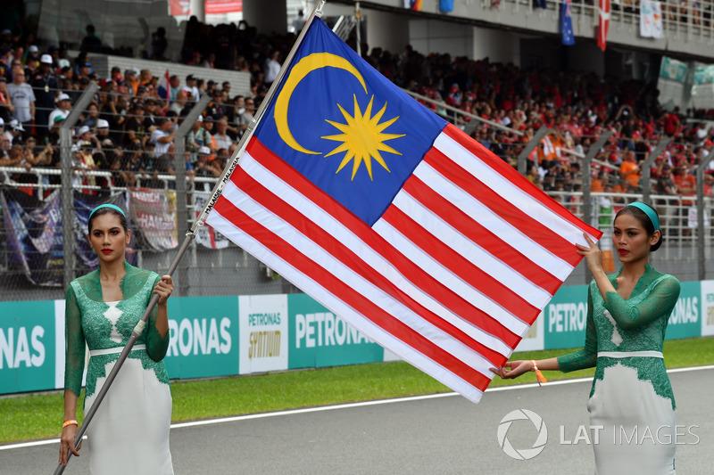 Grid girl con la bandiera della Malesia