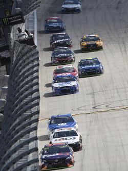 Denny Hamlin, Joe Gibbs Racing Toyota, Landon Cassill, Front Row Motorsports, Ford Fusion, Dale Earnhardt Jr., Hendrick Motorsports Chevrolet