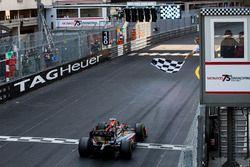 Nyck De Vries, Rapax toma la bandera a cuadros para ganar la carrera