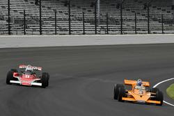 Johnny Rutherford, McLaren M16, en Mario Andretti, McLaren M24