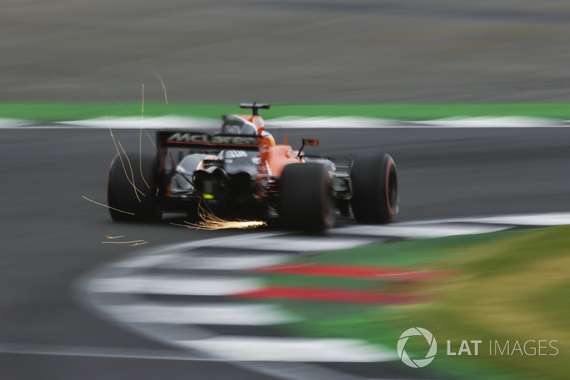 Vuelan chispas desde el coche de Fernando Alonso, McLaren MCL32
