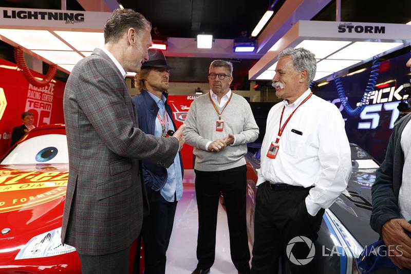 Sean Bratches, Managing Director Comercial Formula One Group, Actor Owen Wilson, Ross Brawn, director general de Motorsports, FOM, Chase Carey, presidente de Formula One, Actor Woody Harrelson en el garaje promocional de Cars 3