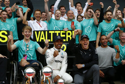 Race winner Lewis Hamilton, Mercedes AMG F1, second place Valtteri Bottas, Mercedes AMG F1, celebrate with Billy Monger and the team