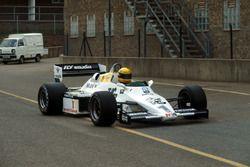 Ayrton Senna, Williams FW08C ile ilk testinin ardından pite dönüyor
