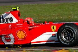 Valentino Rossi, guida la Ferrari F2004, in quello che sarebbe dovuto essere un test top secret e indossa uno dei caschi di scorta di Michael Schumacher