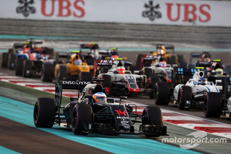 Alonso, que teve de sair da pista para se livrar da confusão na largada, terminou o ano conquistando mais um ponto ao chegar em décimo com a McLaren.