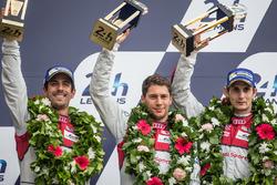 Подиум LMP1: третье место - Лукас ди Грасси, Лоик Дюваль, Оливер Джарвис, #8 Audi Sport Team Joest Audi R18 e-tron quattro