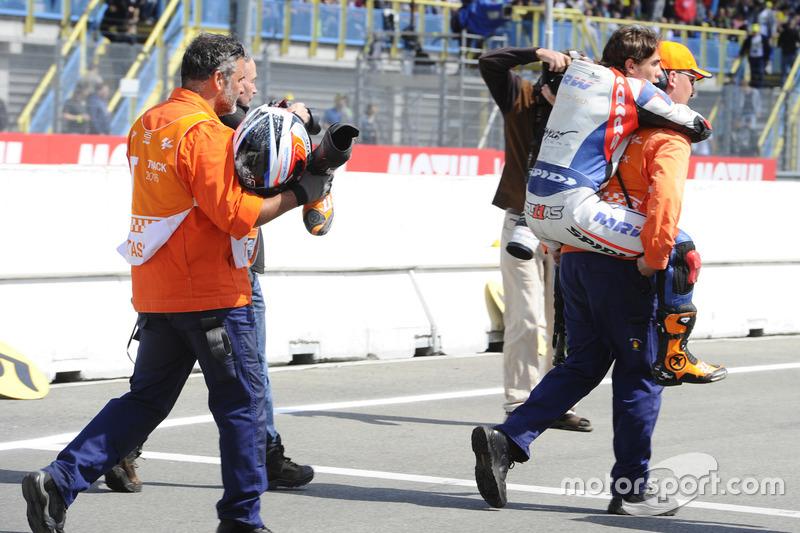 Albert Arenas, Aspar Team Mahindra carried by a marshal