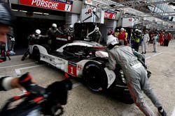 Pit stop #1 Porsche Team Porsche 919 Hybrid: Timo Bernhard, Mark Webber, Brendon Hartley