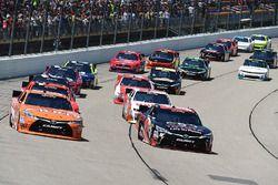 Start: Daniel Suarez, Joe Gibbs Racing Toyota and Sam Hornish Jr., Joe Gibbs Racing Toyota lider