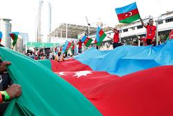 Un drapeau de l'Azerbaïdjan sous le podium
