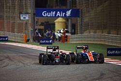 Stoffel Vandoorne, McLaren MP4-31 en Pascal Wehrlein, Manor Racing MRT05