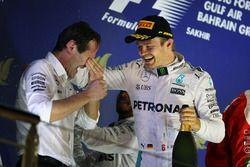 El ganador de la carrera Nico Rosberg, Mercedes AMG F1 celebra en el podio con Aldo Costa, Director