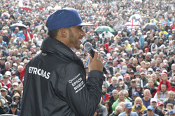 Lewis Hamilton, Mercedes AMG F1, sur la scène de Silverstone