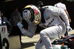 Ganador de la carrera Lewis Hamilton, híbrido de Mercedes AMG F1 W07 celebra en parc ferme