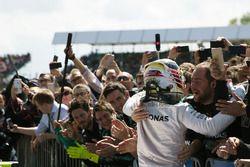 Ganador de la carrera, Lewis Hamilton, Mercedes AMG F1 celebra en el parc ferme