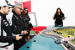 Dr. Vijay Mallya, propriétaire Sahara Force India F1 Team et Sergio Perez, Sahara Force India F1 jouent au Scalextric dans la fanzone Sahara Force India F1 Team au Woodlands Campsite