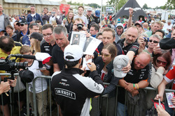 Sergio Perez, Sahara Force India F1 signe des autographes pour les fans dans la fanzone Sahara Force India F1 Team au Woodlands Campsite