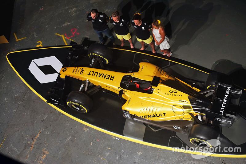 Cyril Abiteboul, Director General del Renault Sport F1, Kevin Magnussen y Jolyon Palmer, pilotos tit